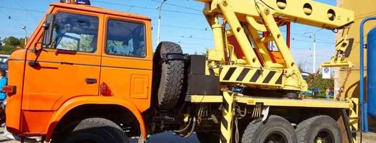 Грузовой эвакуатор по городу. Особенности эвакуации автобусов, спецтехники и грузовых авто в городских условиях.